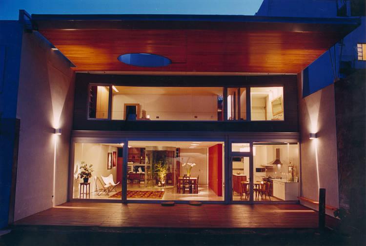 LA LUZ INTERIOR. El techo se extiende hacia el jardín como visera.
