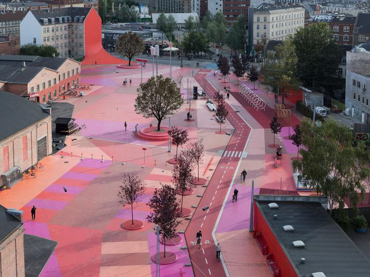 SUPERKILEN. La plaza roja delimita uno de los sectores como la plaza negra y el espacio verde.