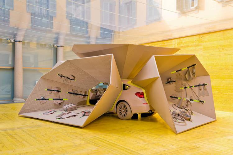 ENCUENTRO DE DISEÑO. La instalación para BMW esconde el auto y privilegia los objetos internos (Patricia Urquiola)