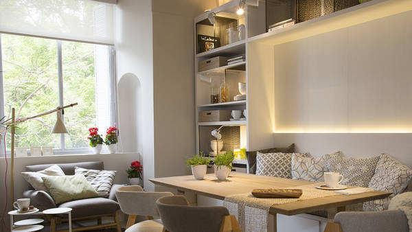COMEDOR DIARIO. Mesa rectangular de roble macizo, sillas Once (Cristian Mohaded) y banco incorporado al mueble de melamina Laricina Touch (Masisa).