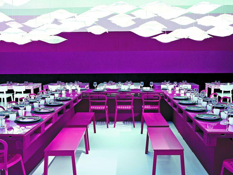 TERESA SAPEY. VIP Feria Arco, el restaurante de la Feria de Arte Contemporáneo de Madrid, con mesas compartidas en forma de U y lámparas de papel realizadas con bolsas de aspiradoras (gentileza Estudio Teresa Sapey).